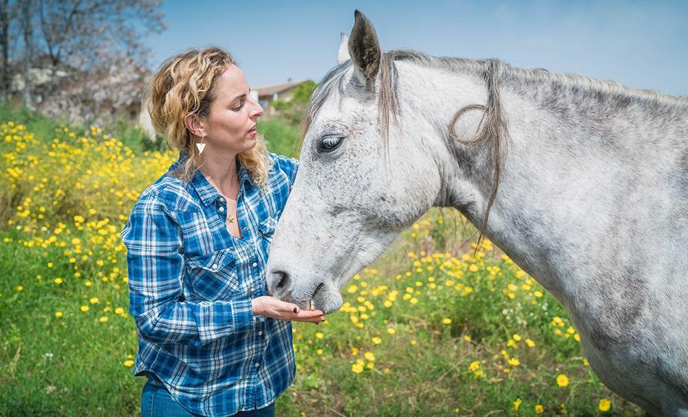גליה מטפלת בבעלי חיים